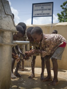 Togo : L'OCDI, Caritas du Diocèse de Kara, partenaire du SC, finance 10 couples « forages et latrines » dans les écoles des villages. Un comité de gestion doit être formé, il gérera ensuite l'entretien, les finances et le bon fonctionnement des forages. Les parents d'élèves ainsi que les habitants donneront aussi une participation. Des animateurs sensibilisent les enfants et leurs parents aux notions de base d'hygiène. Ici, forage de l'école de Yarde Nord.