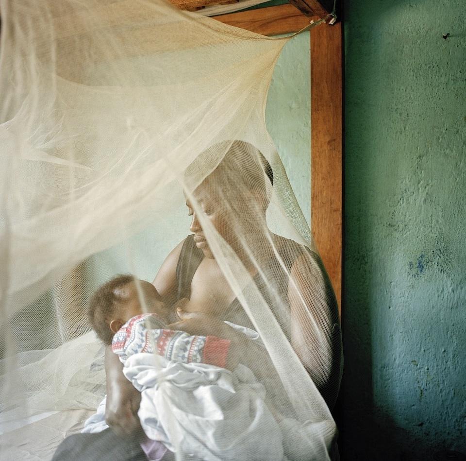 Magy et Irène.  Magy Ngali a 19 ans et vient de Mwenga à 400 km au sud de Bukavu. Après l'attaque de son village par une milice Interhamwe durant laquelle sa mère et sa grand mère ont été tuées, Magy a été captuée par cette même milice et emmenée dans la forêt. Violée et torturée pendant plusieurs mois, elle a été conduite à l'hopital de Panzi gravement bléssée (fistule) et enceinte. Elle y a donné naissance à Irène qui a aujourd;hui 3 mois et demi.