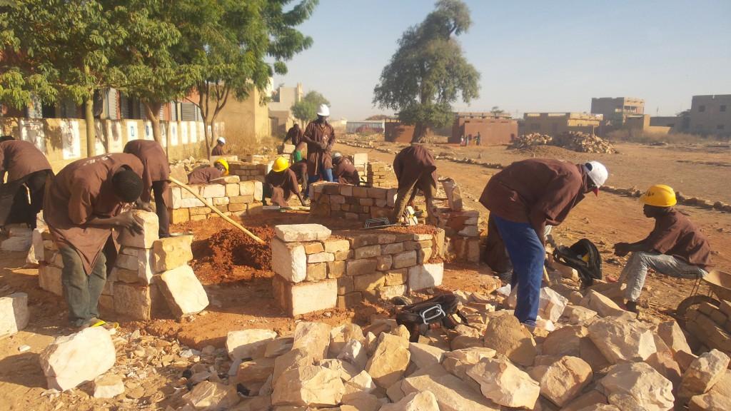 Au Mali, contre l'exclusion, Acting for Life investit dans la pierre.