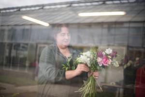 Après la cueillette, Cécile s'attèle à la composition d'un bouquet © Martin Varret